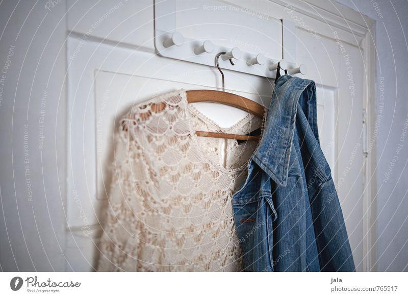 garderobe Lifestyle Stil Mode Bekleidung Kleid Jacke Jeansjacke ästhetisch trendy Kleiderhaken Kleiderbügel Autotür Farbfoto Innenaufnahme Menschenleer Tag