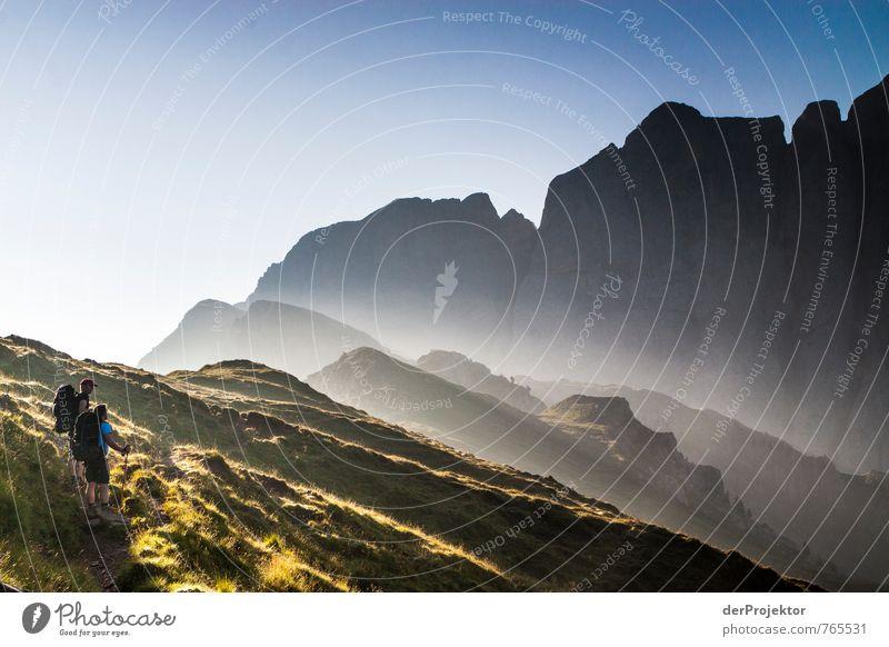 Von der Sonne geküsst Mensch Natur Ferien & Urlaub & Reisen Sommer Landschaft Freude Ferne Umwelt Berge u. Gebirge Gefühle Wiese Freiheit Glück Felsen Tourismus