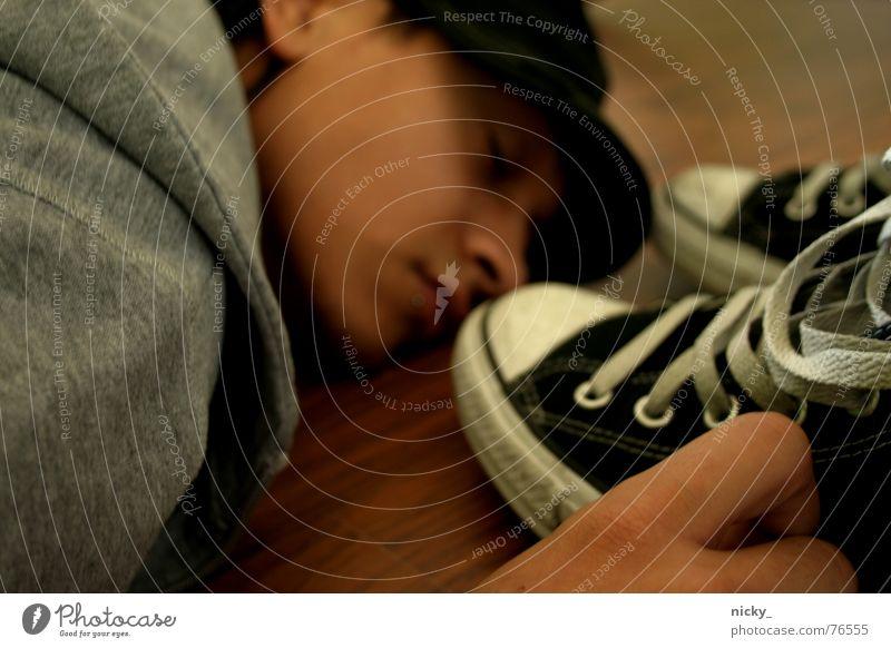 sleeping with shoes Mann Hand alt Einsamkeit Gesicht Holz grau Haare & Frisuren braun Schuhe Nase schlafen neu Bodenbelag retro Jacke