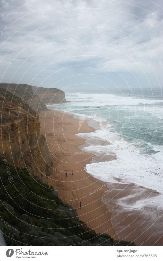 Küstennebel wandern 3 Mensch Landschaft Sand Wasser Wolken Herbst Felsen Wellen Meer authentisch Respekt Abenteuer rein Great Ocean Road Spuren rau Farbfoto Tag