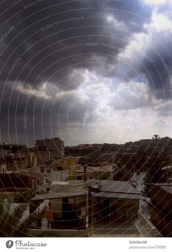 Nach dem Regen Außenaufnahme Wolken Haus Ferienhaus Spanien Mallorca Balkon Wäsche Wäscheleine Dach Licht Sonnenstrahlen Palme Baum Hügel braun weiß dunkel