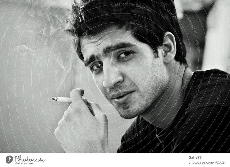 Alter Charmeur Mann Porträt Coolness lässig clever Zigarette charm Blick Rauch