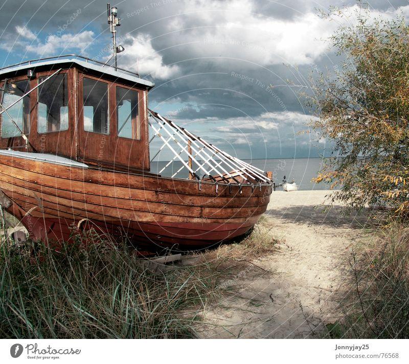 Gestrandet Fischerboot Wasserfahrzeug Strand Usedom Bansin Badestelle Angler Meer Herbst Himmel Küste Ostsee auf den strand setzen auf grund treiben