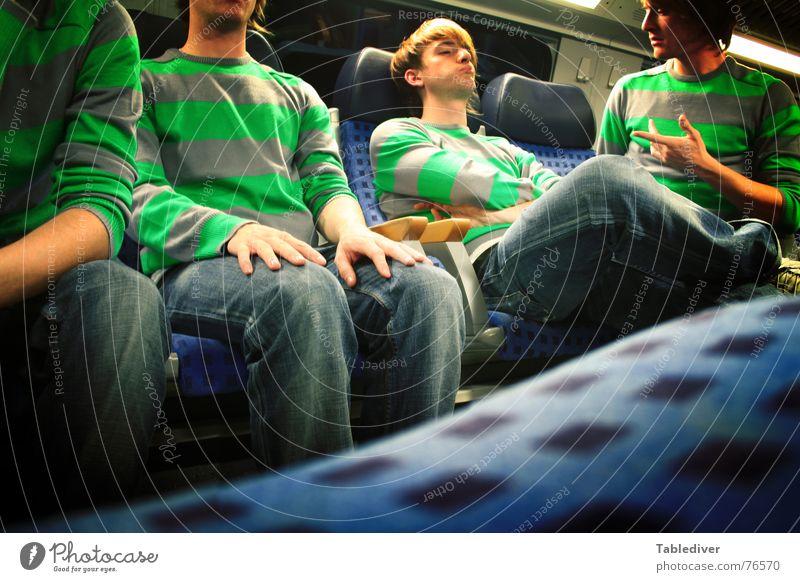Auf Bahnfahrten lernt man immer nette Leute kennen. Zugabteil Halbschlaf Eisenbahn Mann Langeweile Nacht dunkel sprechen Neonlicht Junger Mann Sitzgelegenheit
