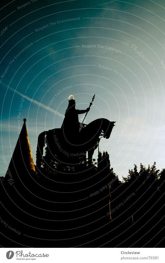 standhaft stolz Pferd stark Waffe Heiligenschein Budapest Fischerbastei schwarz dunkel Licht Tourismus Himmel Wahrzeichen Denkmal historisch Ungar Reiter rider