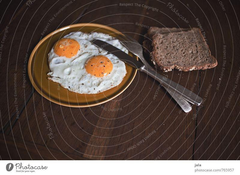 spiegelei natürlich Lebensmittel Ernährung lecker Appetit & Hunger Bioprodukte Frühstück Geschirr Brot Ei Teller Messer Vegetarische Ernährung Besteck Gabel Holztisch
