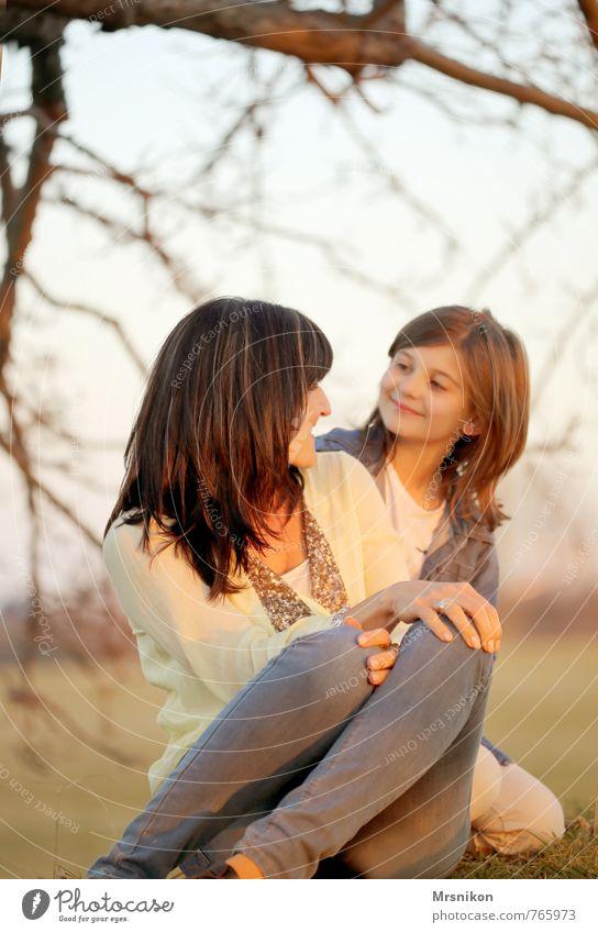 Mutter und Tochter Mensch Frau Kind Mädchen Erwachsene Liebe feminin Glück Zusammensein Familie & Verwandtschaft Zufriedenheit Kindheit Fröhlichkeit