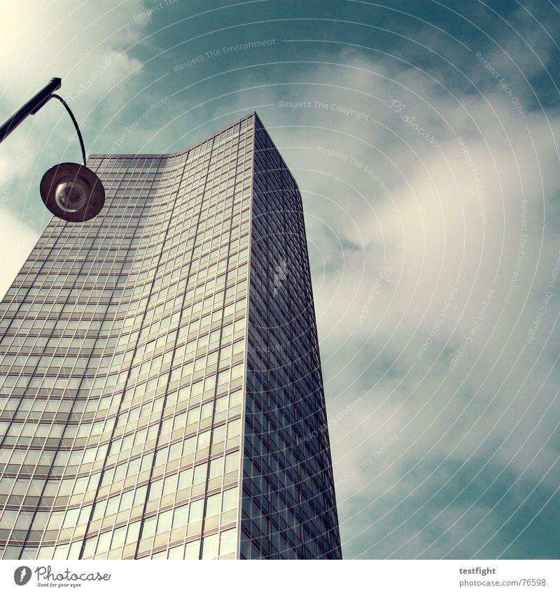 last exit utopia Konzernzentrale utopisch Klotz Quader seltsam Gebäude Laterne Lampe Hochhaus Zukunft kalt Wolken schlechtes Wetter Beton Stahl gekrümmt Licht