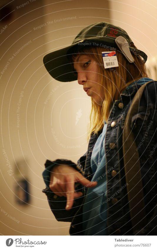 Kaufhausfranzoesin Frau Hand Gesicht Kopf Mode kaufen Ladengeschäft Hut Mütze Etikett Versuch lässig gestikulieren Preisschild Hiphop