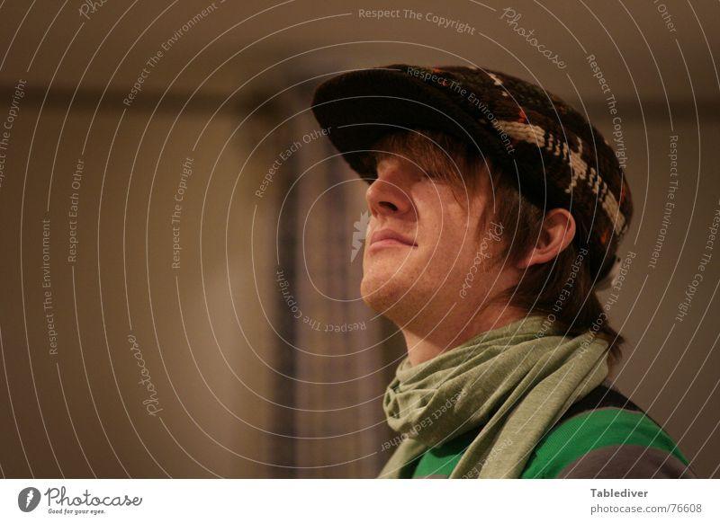 Kaufhausfranzose lässig selbstbewußt Versuch anziehen Accessoire Porträt Mütze Hochmut Schal Pullover Ladengeschäft Baseballmütze man Typ Kopf Gesicht Hut Mode