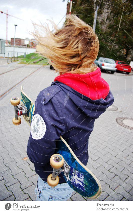 ...A Little Rain Frau Straße Herbst Haare & Frisuren PKW Wind Rücken Jacke Skateboarding Leidenschaft Kran Kapuze flattern zerzaust