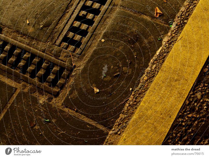 rinnstein 1 Einsamkeit gelb Stein dreckig Beton Treppe Ecke Bodenbelag Bürgersteig Eisen Abfluss Plattenbau Fuge Steinplatten Treppenansatz