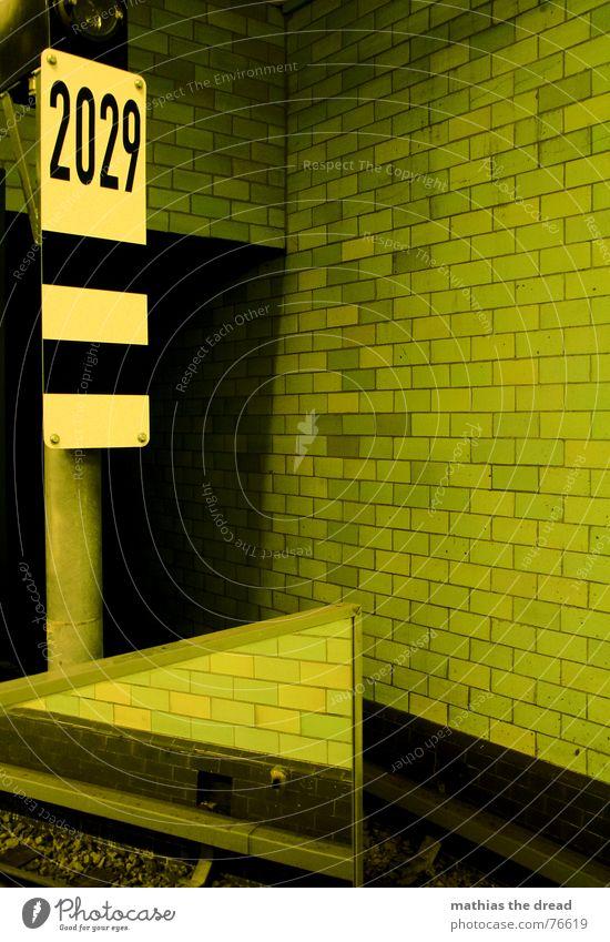2029 Fuge Wand Spiegel Spiegelbild Nummernschild U-Bahn grün Gleise Raum Tunnel u-bahnhof samariterstr. Fliesen u. Kacheln Schilder & Markierungen Bahnhof Stein