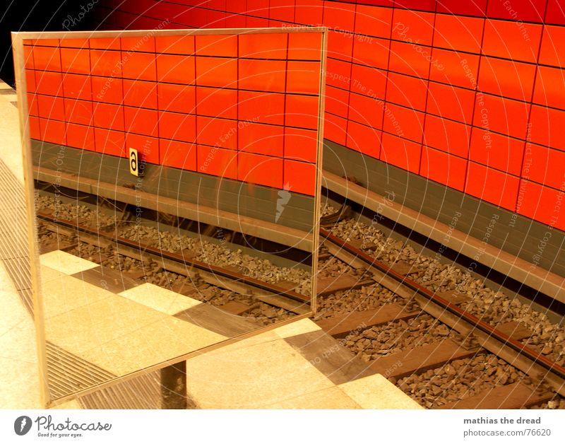 Spieglein Spieglein ... rot schwarz Stein Linie Raum Perspektive Spiegel Gleise Fliesen u. Kacheln U-Bahn Tunnel Bahnhof Spiegelbild Bahnsteig Warnstreifen Frankfurter Allee