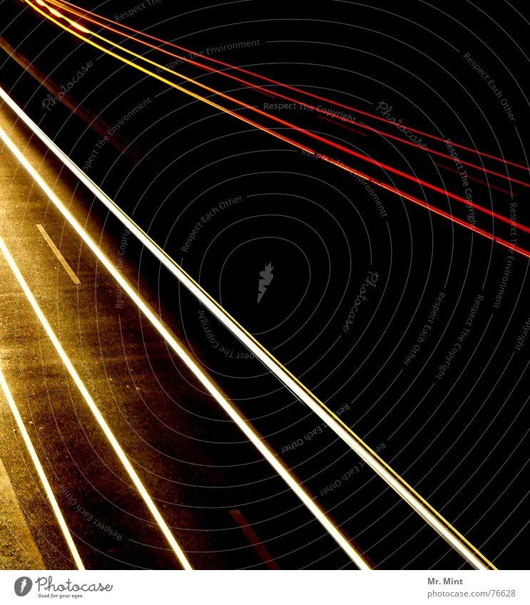 Licht...und weg. Autobahn Nacht dunkel Geschwindigkeit Rücklicht Langzeitbelichtung Abend Spuren Verzerrung Scheinwerfer