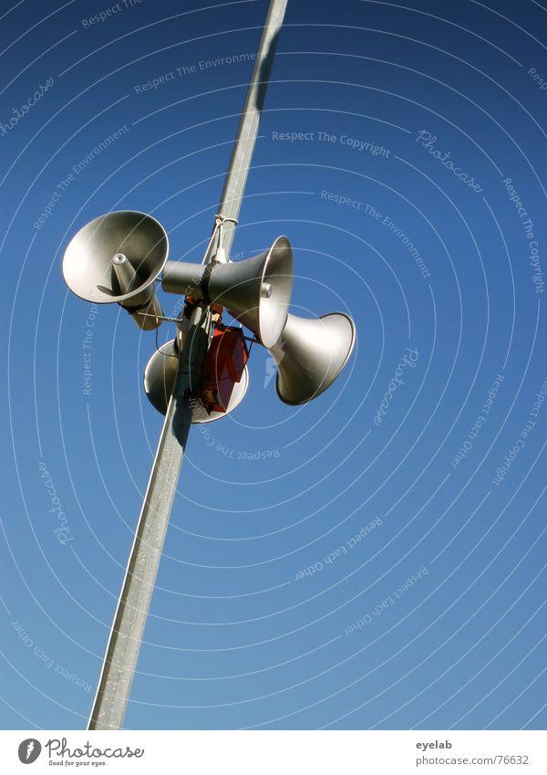 Mutti ruft zum Essen ! Megaphon Himmel laut lautstark Lautsprecher Stahl Chrom Information Hoffnung Sommer Stimme silber silver blau blue sky speaker Metall