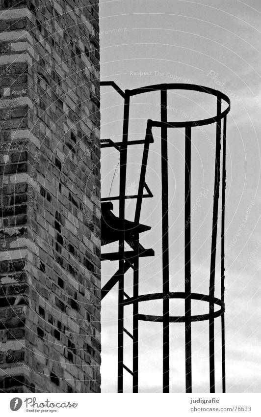 Aufstieg Backstein Mauer Wolken rund schwarz weiß grau verfallen Detailaufnahme Schwarzweißfoto Schornstein Leiter Himmel hoch oben Metall Schutz Linie