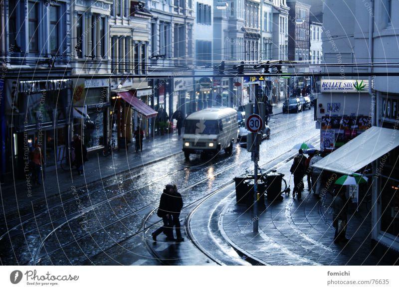 viertel vor acht Mensch Stadt Straße Regen historisch Stadtzentrum Stadtteil Fußgänger Bremen Altstadt schlechtes Wetter früher Häuserzeile Achtziger Jahre