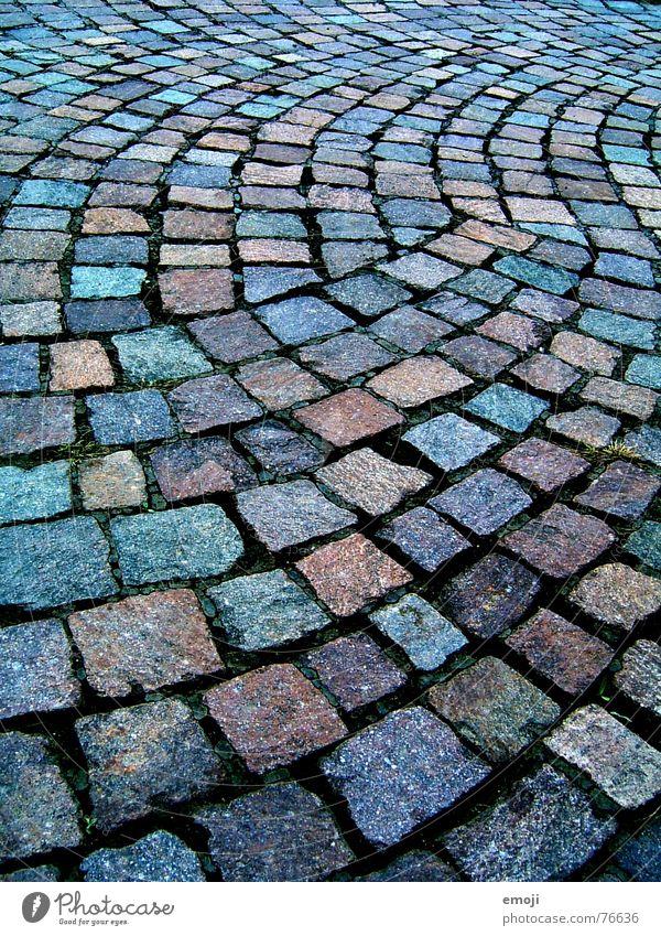 #1 Wege & Pfade Stein glänzend nass Farbe Bürgersteig feucht Mineralien Kopfsteinpflaster Bodenbelag Bogen Kurve mehrfarbig Zentralperspektive Hintergrundbild