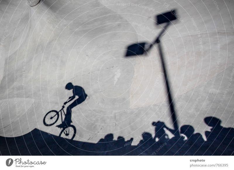 Shoot`em Freizeit & Hobby Biken Sportler Fahrradfahren Halfpipe Kind Mensch Menschengruppe Beton springen ästhetisch Schatten Sportpark Publikum Schwarzweißfoto