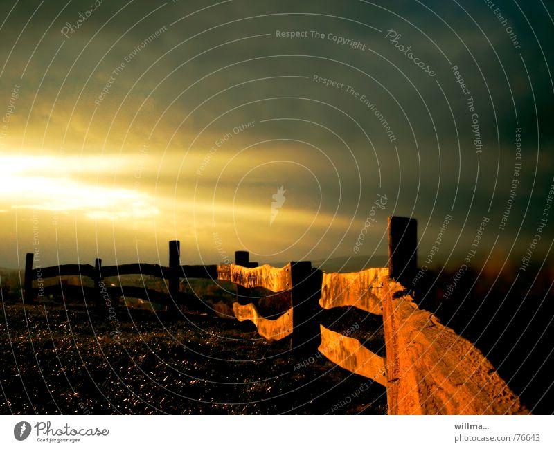 weidezaun im abendlicht Abenddämmerung Abendsonne Wilder Westen Pferch Weide Licht Weidezaun Holzzaun Zaun Sonnenuntergang Koppel Abendstimmung Abendlicht