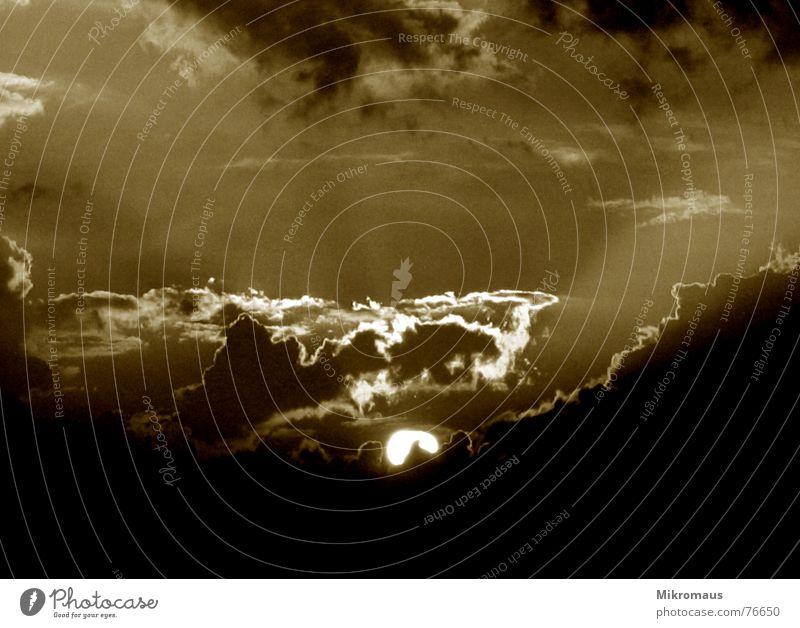 Hinterm Mond - gleich links... Himmel Sonne Wolken dunkel Herbst Stimmung Beleuchtung Wetter gruselig Strahlung Abenddämmerung unheimlich Halloween Sepia