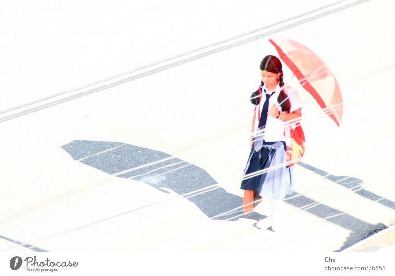 gleißend Jugendliche Mädchen Sonne rot Sommer Straße Wärme Linie hell Kabel Schutz abstrakt Physik Regenschirm heiß Schüchternheit