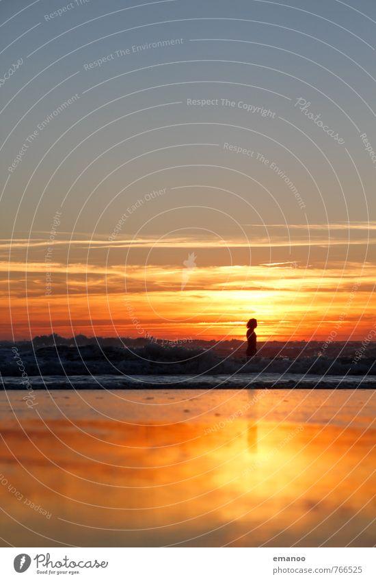 In der goldenen Brandung Mensch Himmel Natur Ferien & Urlaub & Reisen Jugendliche Mann Sommer Meer Freude Strand Ferne gelb Erwachsene Küste Junge