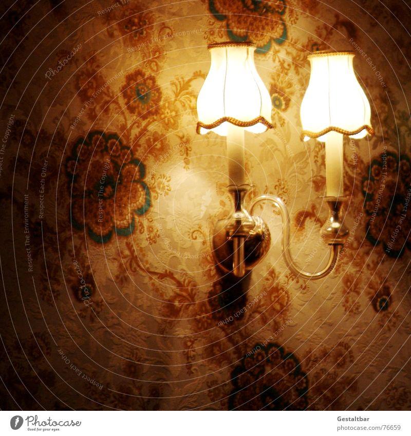 Neulich im Omicafe in Köln... Blume Lampe dunkel Beleuchtung Kitsch Tapete Nostalgie Glühbirne altmodisch Lampenschirm gestaltbar urig