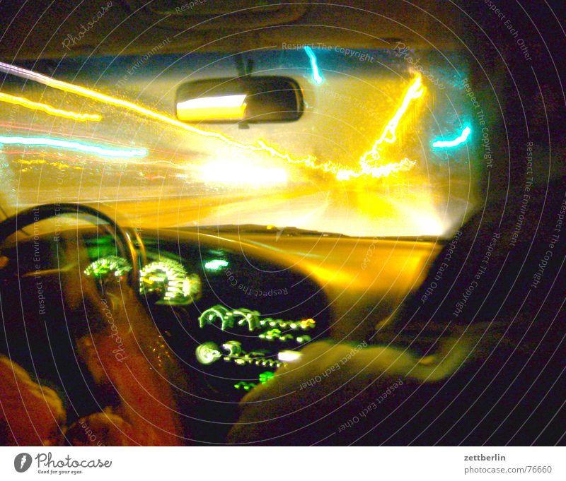 Nachtfahrt Straße PKW Scheinwerfer blenden Armaturenbrett Abblendlicht Fernlicht