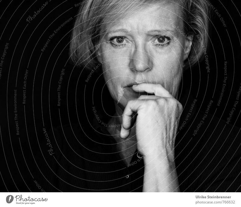 Sinnieren Mensch feminin Frau Erwachsene Weiblicher Senior Leben Kopf Hand Finger 1 45-60 Jahre beobachten Denken Blick alt dunkel natürlich Gefühle Stimmung
