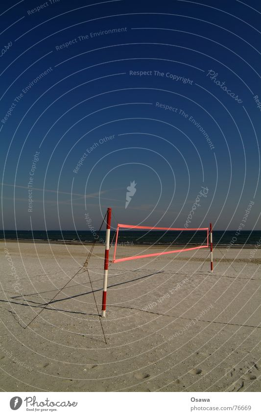 Echo des Sommers 2 Strand Meer Volleyball Volleyballnetz Volleyballfeld rot weiß gestreift himmelblau Sport Sand Wasser Pfosten abspannung Himmel