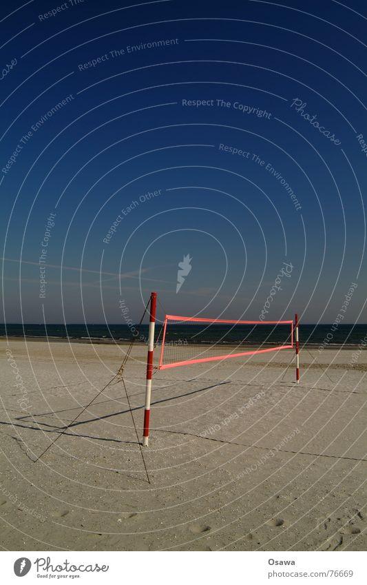 Echo des Sommers 2 Wasser Himmel weiß Meer blau rot Sommer Strand Sport Sand Pfosten gestreift Volleyball himmelblau Volleyballnetz Volleyballfeld