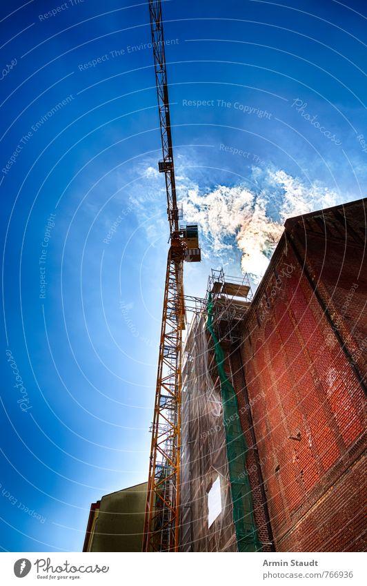 HDR Aufnahme eines Baukrans Himmel blau Stadt Sommer rot Haus Wand Mauer Berlin Stein Arbeit & Erwerbstätigkeit Fassade Business ästhetisch Schönes Wetter