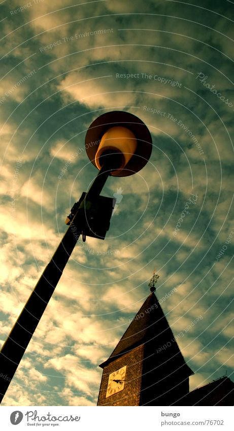 Schäfchen Wetterhahn Altokumulus floccus Uhr Vergänglichkeit Zeit Kirchturm Wolken Herbst berühren Religion & Glaube Frieden Himmel Sonntag Protestantismus