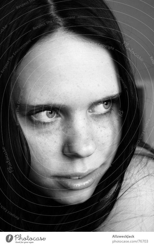 Sommersprosse Frau Mädchen schwarz weiß Innenaufnahme schwarzhaarig Schüchternheit Sommersprossen Porträt Schwarzweißfoto lachen Blick
