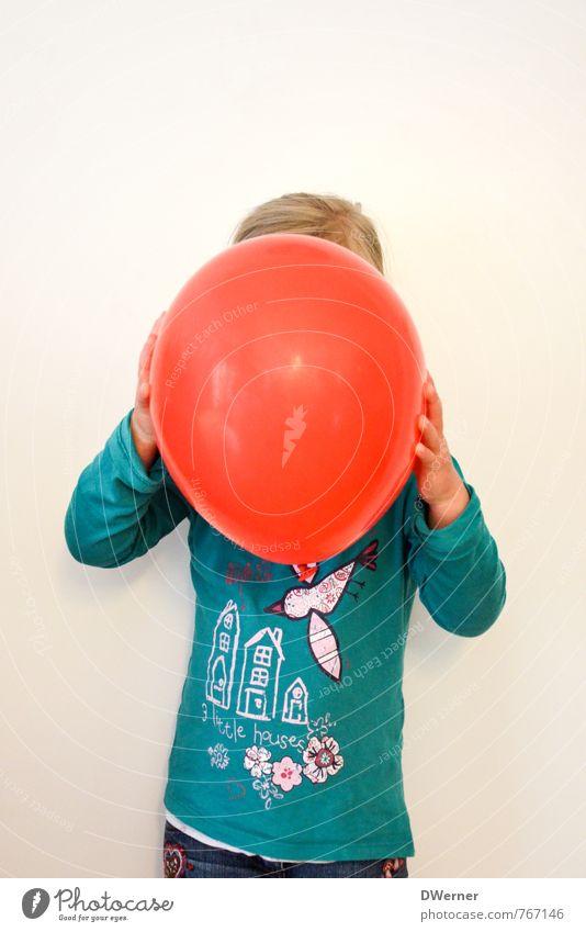 rot sehen Mensch Kind Erholung rot ruhig Mädchen Freude Wand Liebe Mauer Spielen Feste & Feiern Kopf Party Freundschaft Luft