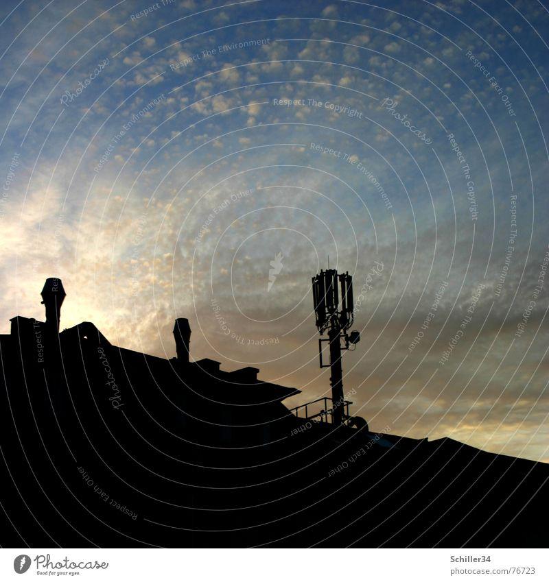 like heaven Himmel blau Sonne Wolken Haus schwarz dunkel grau hell braun Dach leuchten Schornstein Telefonmast Sendemast Watte