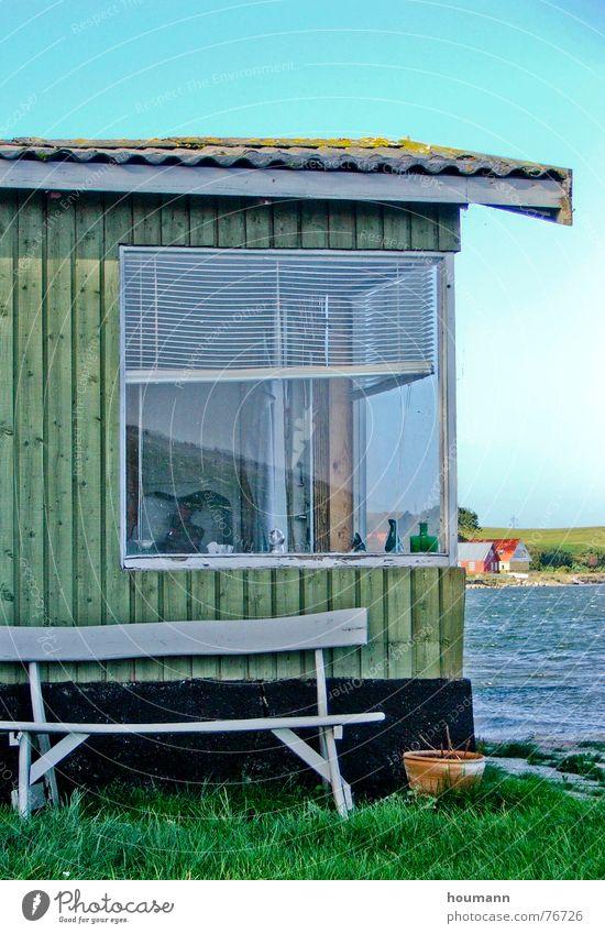 Nahe zum Meer Wasser grün blau Sommer schwarz Fenster Wind Bank Fjord Ferienhaus