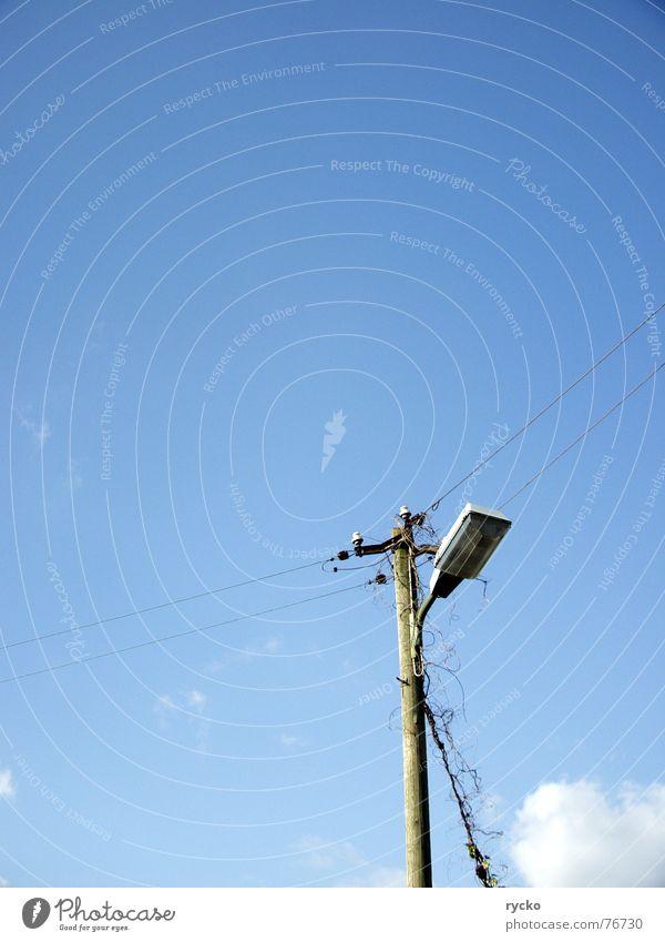 die erleuchtung ist nah..... Lampe Wolken Pflanze Himmel blau nicht grün Leitung Verbindung Schönes Wetter porzelan Kabel Strommast
