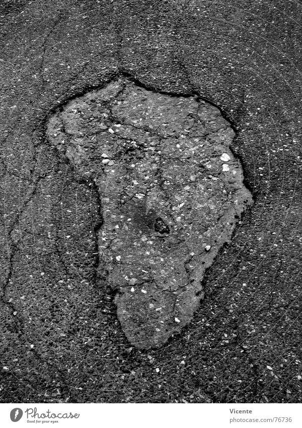 African Asphalt Afrika Schlagloch schwarz weiß grau Teer Straßenbelag Kontinente Silhouette obskur Schwarzweißfoto Riss Loch Stein africa tarmac pothole road