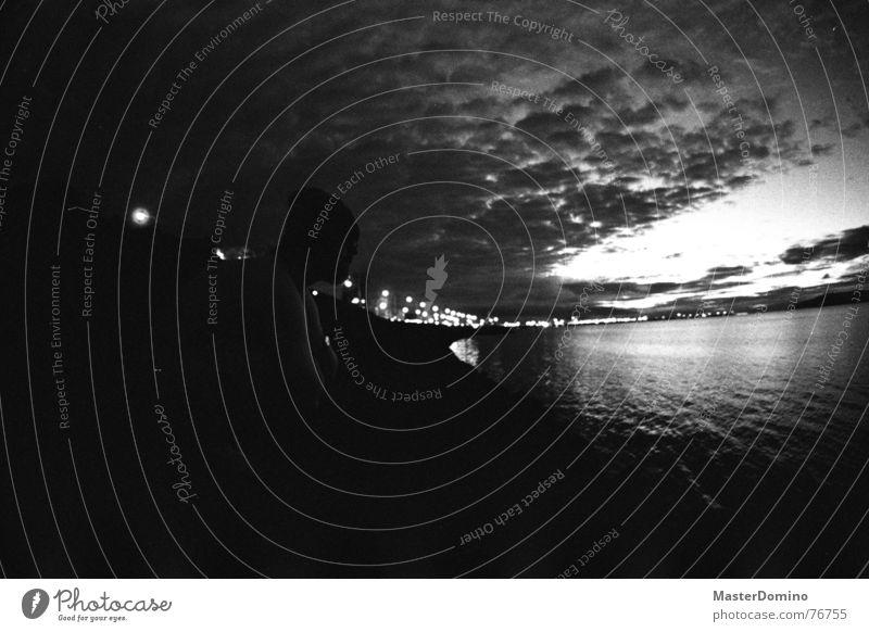 Es wird Nacht in Reykjavík Meer Stadt Gebäude Island Wolken Mann Mütze hocken Blick analog Himmel Licht Bucht Schwarzweißfoto Mensch