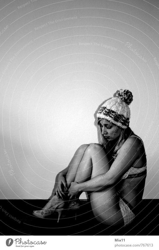 Haube Mensch Frau Jugendliche weiß Junge Frau 18-30 Jahre schwarz Erwachsene Gefühle feminin Denken Beine nachdenklich Körper sitzen berühren
