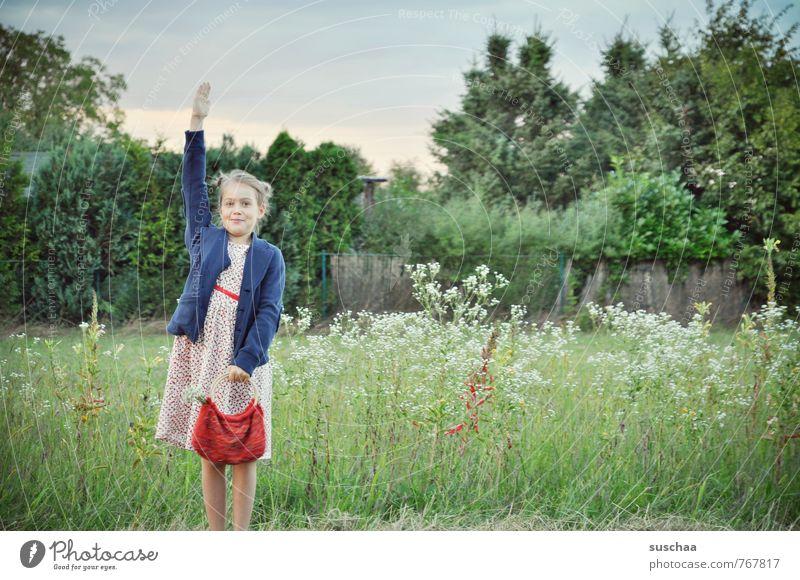 hier ... weiblich Mädchen Kind Kindheit Haare & Frisuren Gesicht Arme Hand 8-13 Jahre Kleid Tasche frech frei Fröhlichkeit frisch wild Freiheit Idylle