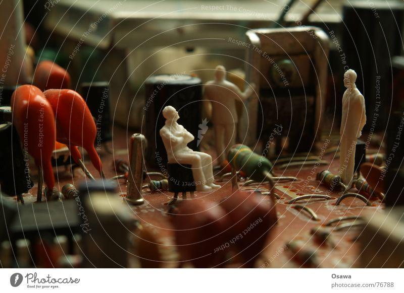 Was nun? Mensch Mann Erholung sitzen Tisch Elektrizität mehrere Fernseher Kabel stehen Spaziergang Techniker Sitzung Versammlung Flüssigkeit Teile u. Stücke