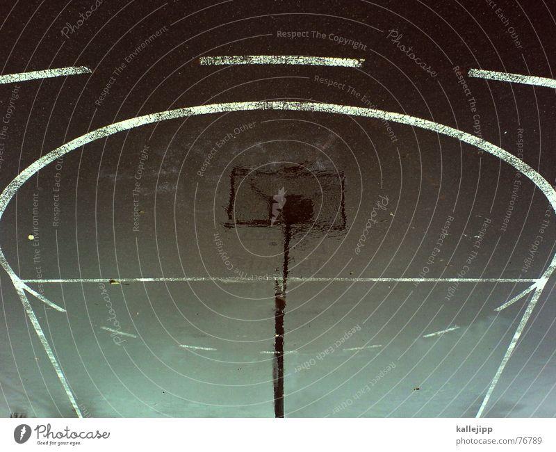 himmel über berlin IV Spielen Regen Kreis Asphalt Spielfeld Pfütze Teer Basketballkorb Handy-Kamera Prenzlauer Berg Feldlinie