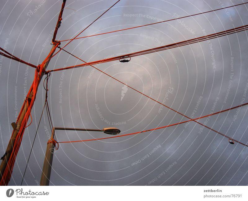 Kabel Draht Problemlösung Hotline Verbindung Laterne Wolken Unwetter Vitamin B Himmel Decke orange Ampel