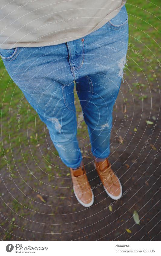 Federschuhe Lifestyle Stil Freude sportlich Leben harmonisch feminin Jugendliche Beine Fuß Garten Park T-Shirt Jeanshose Turnschuh hängen Freundlichkeit trendy