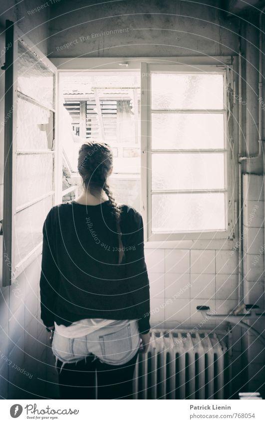 Fenster zum Hof Lifestyle harmonisch Wohlgefühl Zufriedenheit Sinnesorgane Erholung Mensch feminin Frau Erwachsene Körper Haare & Frisuren 1 18-30 Jahre
