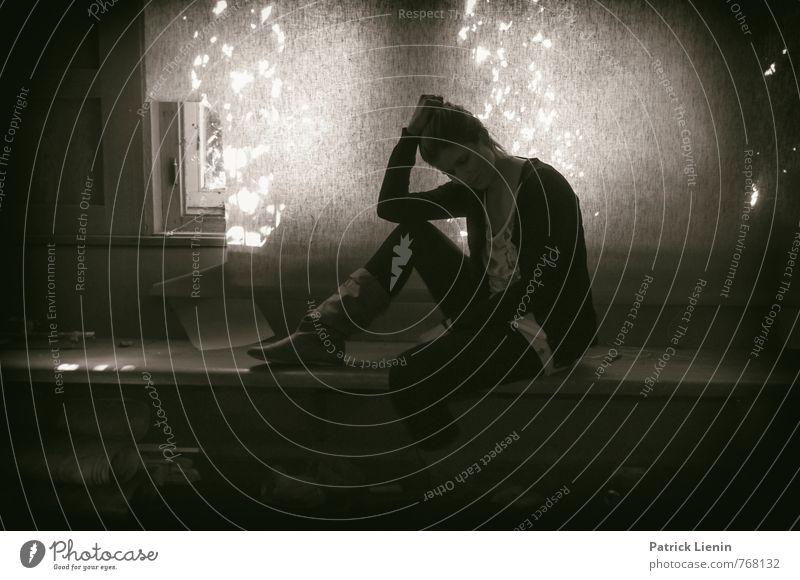 in the dark Mensch Frau Jugendliche schön Einsamkeit Erholung Junge Frau ruhig 18-30 Jahre Erwachsene Gefühle feminin Stil Freiheit Gesundheit Freizeit & Hobby